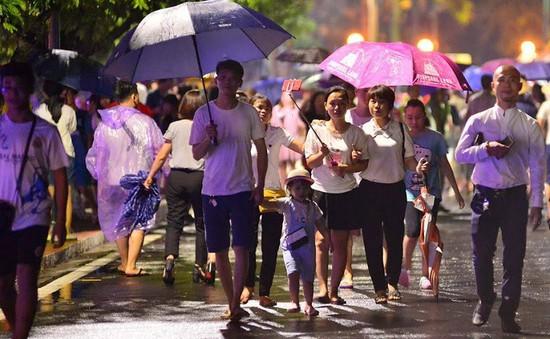 Người dân đội mưa dự lễ khai mạc phố đi bộ Trịnh Công Sơn