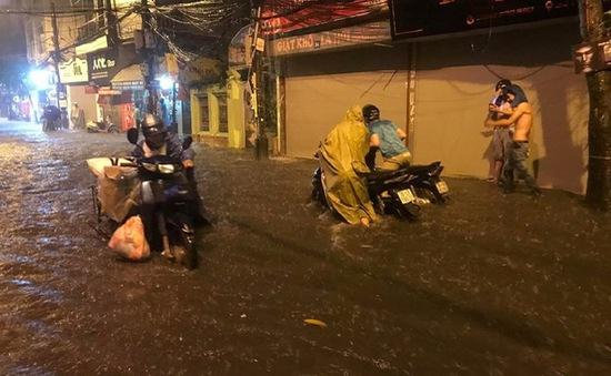 Hà Nội mưa lớn đầu mùa, đường phố hóa sông