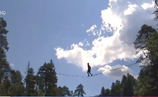 Chiêm ngưỡng màn đi trên dây mạo hiểm của VĐV Friedi Kuhne