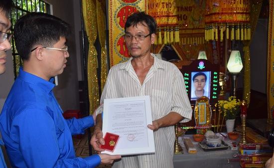 """Trung ương Đoàn TNCS Hồ Chí Minh truy tặng huy hiệu """"Tuổi trẻ dũng cảm"""" cho các hiệp sĩ trong vụ bắt nhóm trộm SH"""