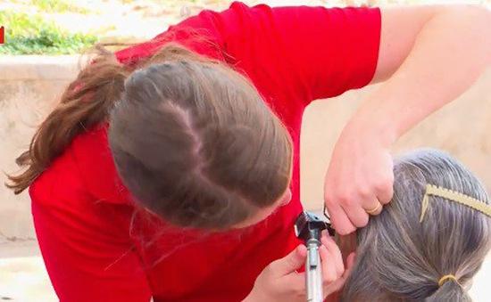 Trao gần 1.000 thiết bị cho trẻ khiếm thính