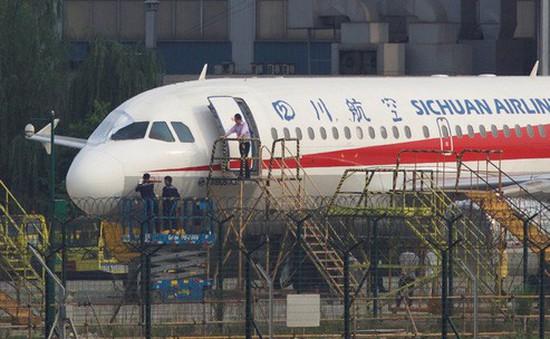 Máy bay vỡ kính, cơ phó Trung Quốc bị hút nửa người ra ngoài