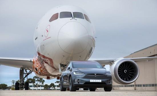 Kéo băng băng máy bay Boeing 787, Tesla Model X lập kỷ lục thế giới