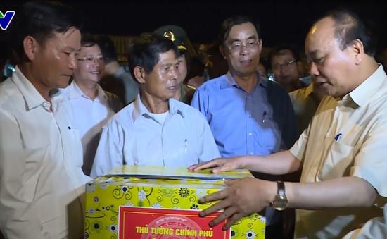 Thủ tướng mua cá và tặng quà ngư dân tại Cảng cá Cửa Việt