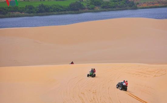 """Lướt như bay trên những """"tiểu sa mạc"""" ở Bình Thuận"""