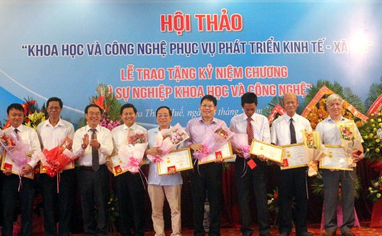 Ngày Khoa học và Công nghệ Việt Nam 18/5: Thừa Thiên Huế trao kỷ niệm chương cho 19 nhà khoa học