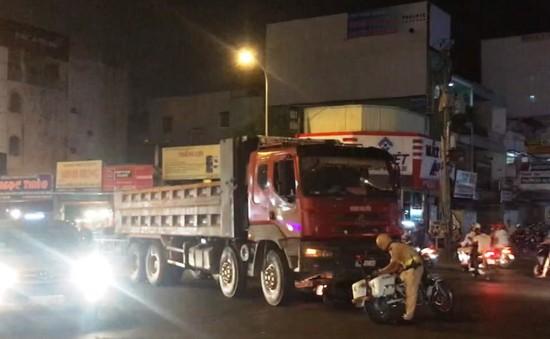 Xe ben chạy vào giờ cấm gây tai nạn trong đêm tại TP.HCM