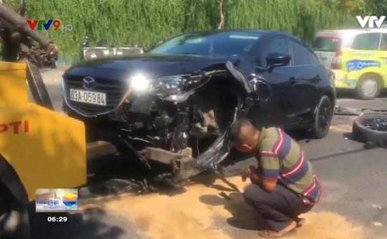 Xe ô tô nổ lốp đâm liên hoàn, 2 người nguy kịch
