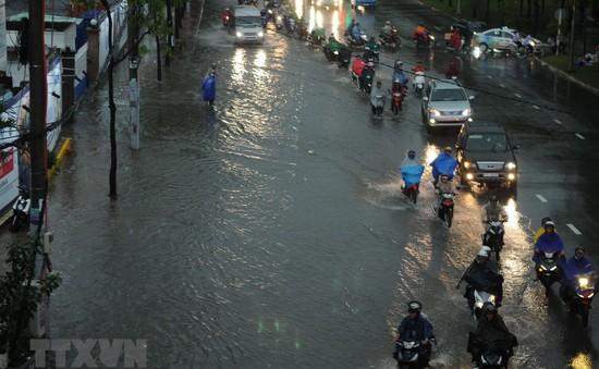 Nhiều tuyến đường ở TP.HCM ngập nặng sau mưa lớn