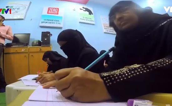 Dạy học cho phụ nữ lớn tuổi tại Pakistan