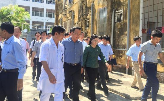 Bộ trưởng Bộ Y tế thăm, kiểm tra công tác cấp cứu các nạn nhân trong vụ lật tàu SE19