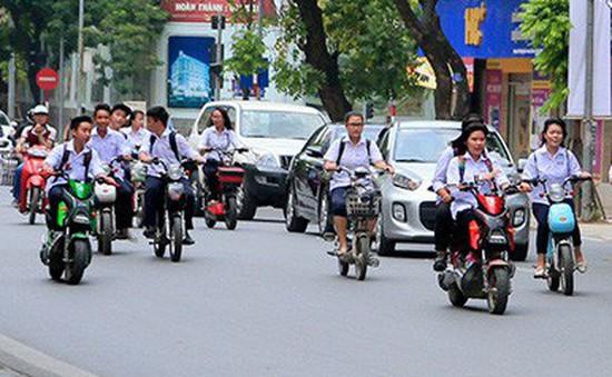 Nhiều học sinh ở Hòa Bình đi xe đạp điện không đội mũ bảo hiểm