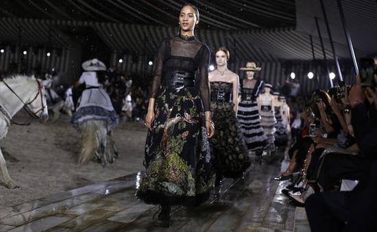 Christian Dior mang sàn diễn thời trang cao cấp vào... chuồng ngựa