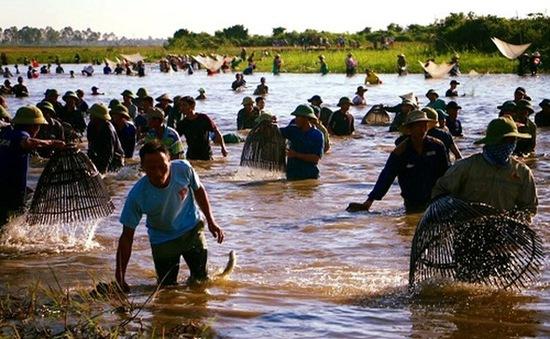 Hà Tĩnh: Hàng ngàn người tham gia lễ hội bắt cá truyền thống