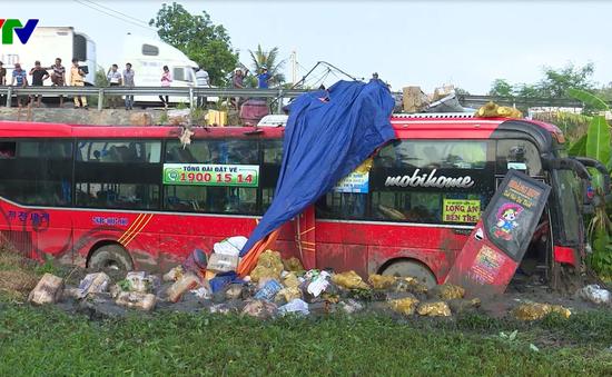 Phú Yên: Xe khách giường nằm lao xuống ruộng, khách hoảng loạn