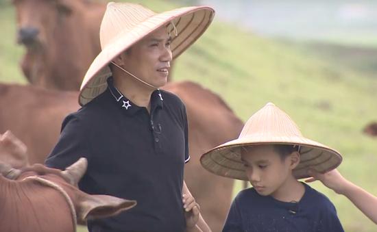 Nhà báo Ngô Bá Lục cùng con trai khám phá ra loại gạo có một không hai