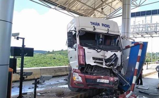 Lâm Đồng: Xe đầu kéo gây tai nạn tại trạm thu phí BOT