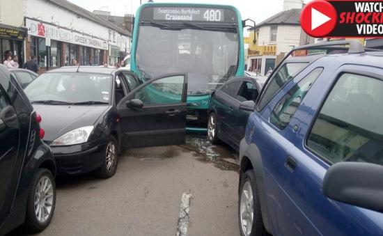 Xe bus đâm 25 ô tô đậu trên phố mua sắm ở Anh, ít nhất 14 người bị thương
