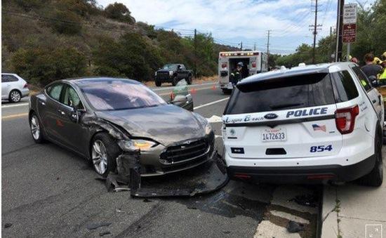 Xe tự lái của Tesla đâm trúng xe cảnh sát, tài xế đổ lỗi cho lái tự động