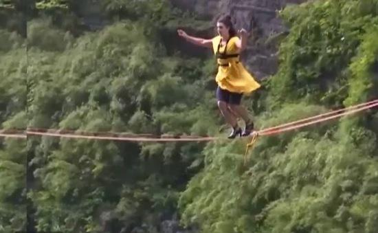 Thót tim nhìn 3 cô gái thi đi giày cao gót trên dây ở độ cao hơn 1000m