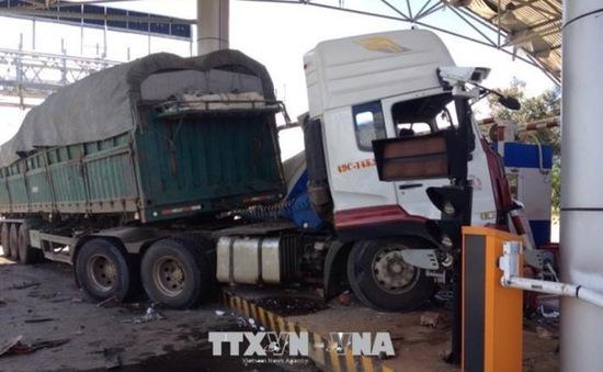 Liên tiếp xảy ra các vụ xe tải đâm vào trạm BOT