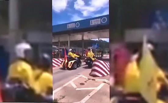 Hy hữu đoàn đua xe đạp bị chặn ở trạm thu phí