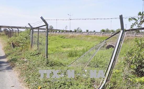Nguy hiểm tình trạng phá hàng rào cao tốc TP.HCM - Trung Lương