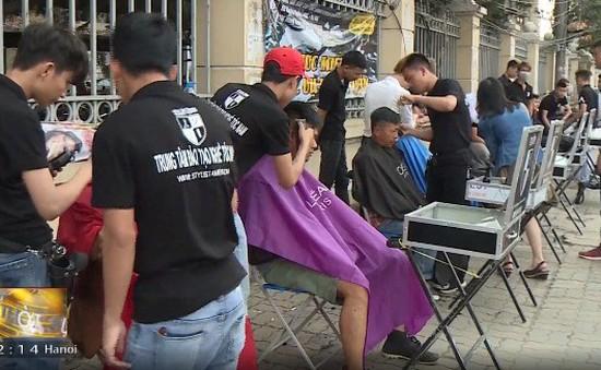 Những tiệm cắt tóc vỉa hè miễn phí