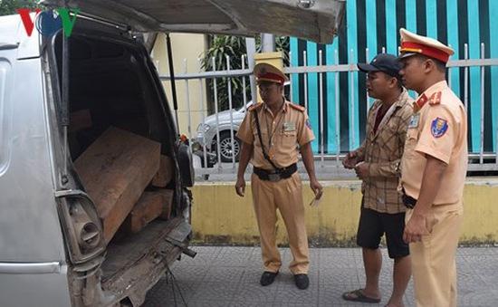 Huế liên tục phát hiện ô tô vận chuyển gỗ lậu