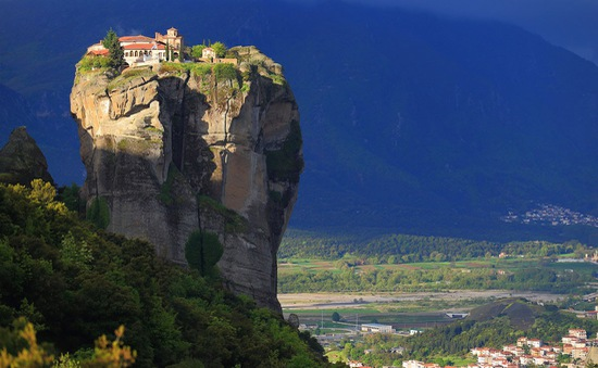 """Ngẩn ngơ trước vẻ đẹp của quần thể tu viện """"lơ lửng giữa trời mây"""" tại Hy Lạp"""