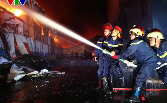 Lửa vẫn cháy âm ỉ trong nhà xưởng tại KCN Vĩnh Lộc, TP.HCM