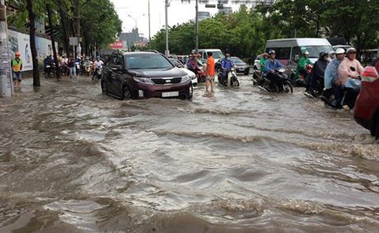 Nhiều tuyến đường ở TP.HCM biến thành sông sau mưa, hàng loạt xe chết máy