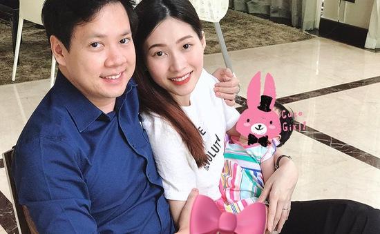 Hoa hậu Đặng Thu Thảo khoe ảnh xinh đẹp sau sinh bên chồng con