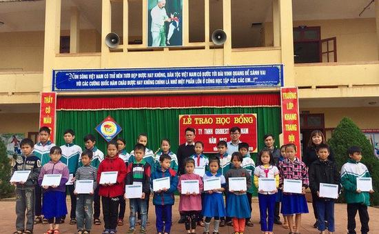 Hàng trăm học sinh nghèo tại Việt Nam được nhận học bổng Hoa Phong lan Singapore
