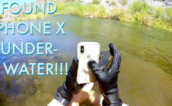 """iPhone X """"sống khỏe"""" sau 2 tuần rơi xuống sông"""