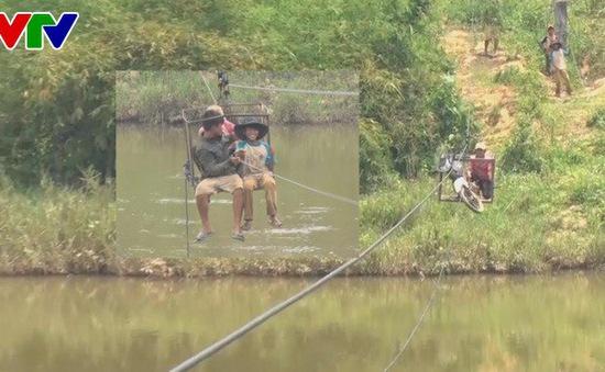 Kon Tum: Người dân liều mình qua sông bằng dây cáp