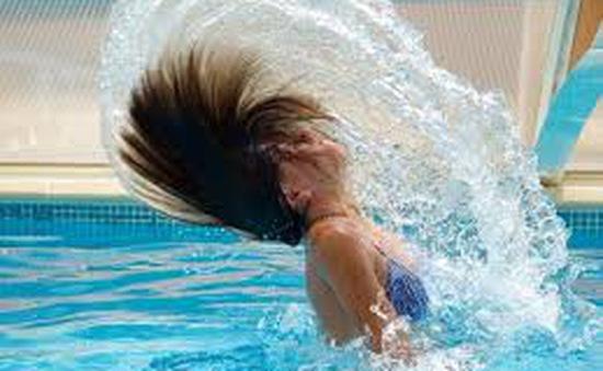 Tiếp xúc nhiều với nước Clo ở bể bơi có hại không?