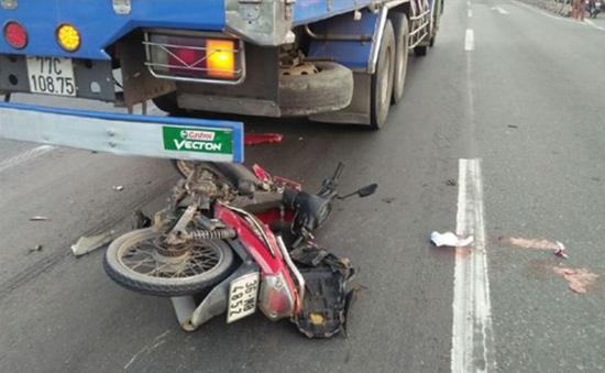 Bến Tre: Xe máy tông và chui thẳng vào gầm xe ô tô tải