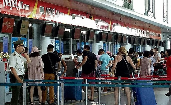 Cấm bay 12 tháng hành khách ném điện thoại vào nhân viên hàng không