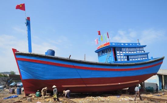 Tàu hậu cần nghề cá nằm bờ, ngư dân đối mặt nỗi lo nợ chồng chất
