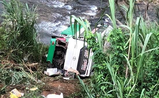 Xe khách chở hơn 40 người lao qua lan can, rơi xuống vực sâu trên đèo Lò Xo