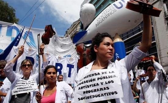 Biểu tình lớn phản đối chính sách kinh tế tại Argentina