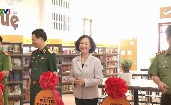 Đồng chí Trương Thị Mai dự lễ trao tặng sách tại Bắc Giang
