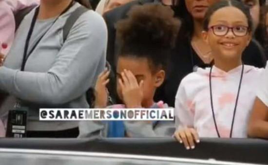 Con gái Beyoncé bối rối khi chứng kiến màn trình diễn nóng bỏng của bố mẹ