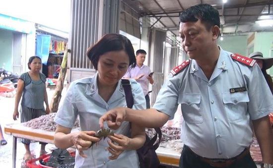 Thanh Hóa: Phát hiện 2 cơ sở kinh doanh hải sản có bơm tạp chất vào tôm