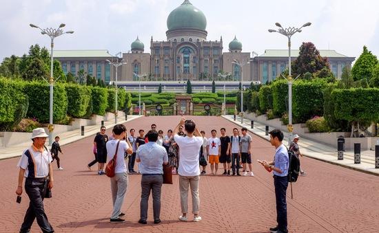 Malaysia: Nhà thờ Hồi giáo cấm cửa du khách sau video nhảy khiêu gợi