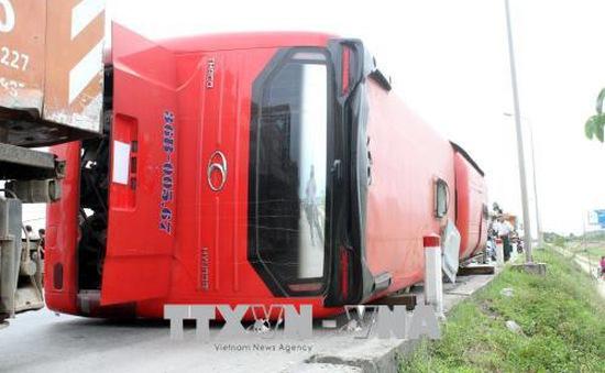 Nghệ An: Lật xe khách giường nằm, 8 người thương vong