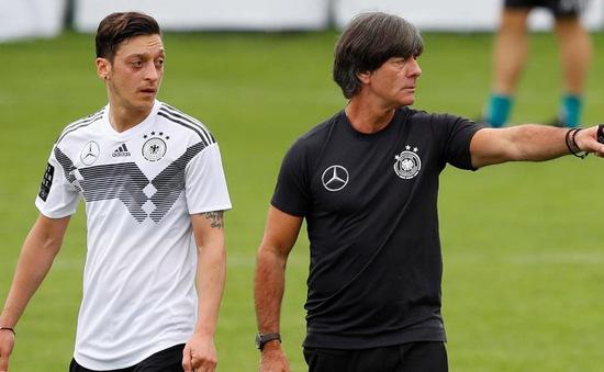 """Thầy cũ tới tận Arsenal tìm gặp, Mesut Ozil """"đuổi thẳng cổ"""""""