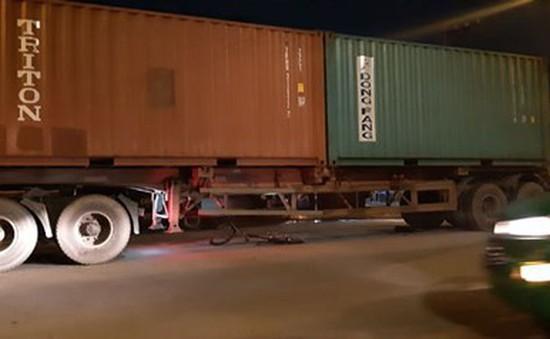 Trên đường đi học thêm, nam sinh bị cuốn vào gầm xe container