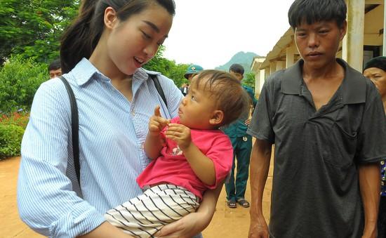 Hoa hậu Đỗ Mỹ Linh giản dị đi cứu trợ đồng bào vùng lũ Hà Giang